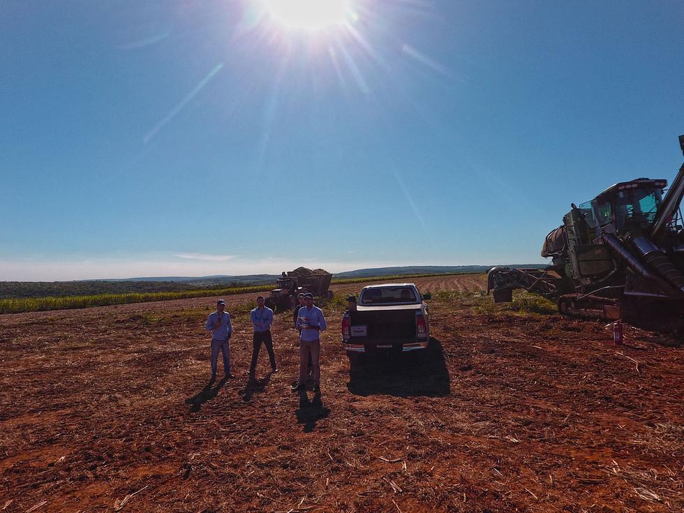 Técnicos en el campo caña de azúcar en Paraguay drones cosecha tecnología