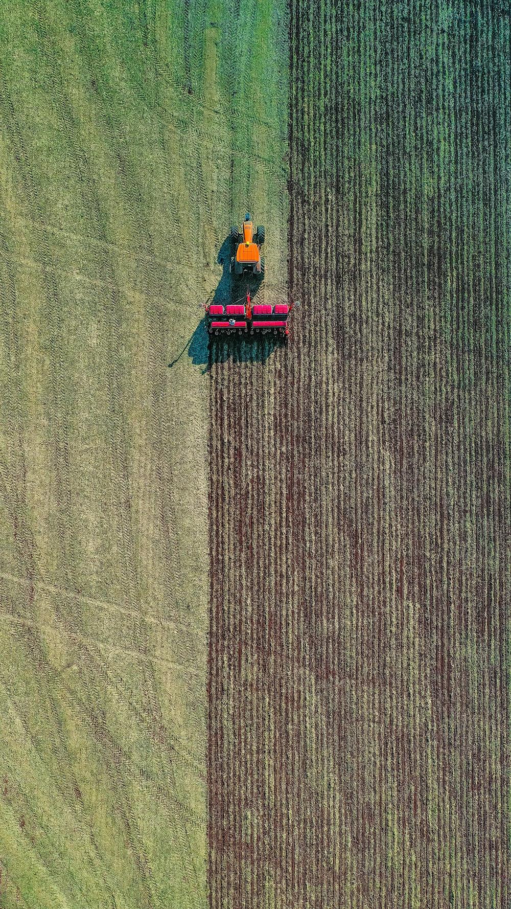 tractor sembrando en el campo vista aire