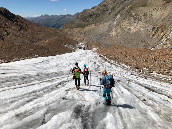 Der Rückweg auf dem aperen Teil des Gletschers