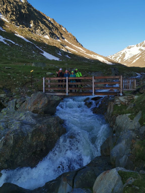 Kleine Holzbrücke zu Beginn
