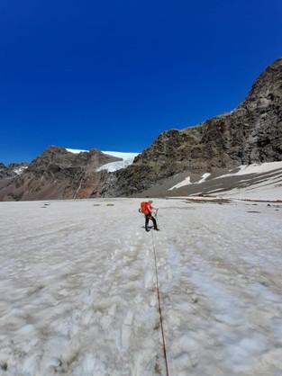 Unten auf dem schneebedeckten Teil des Gletschers