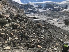 Astrid steigt über die letzten Steine runter von Gletscher