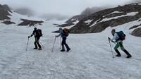 Drei Bergsteiger:innen