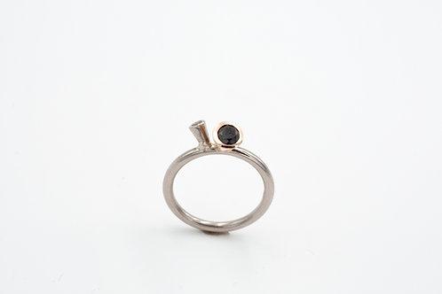 Tütenring mit schwarzen Diamanten