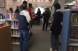 外国友人参观图书馆1