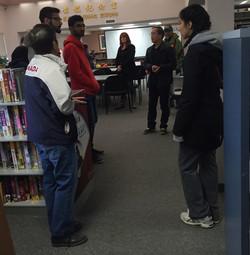 外国友人参观图书馆2