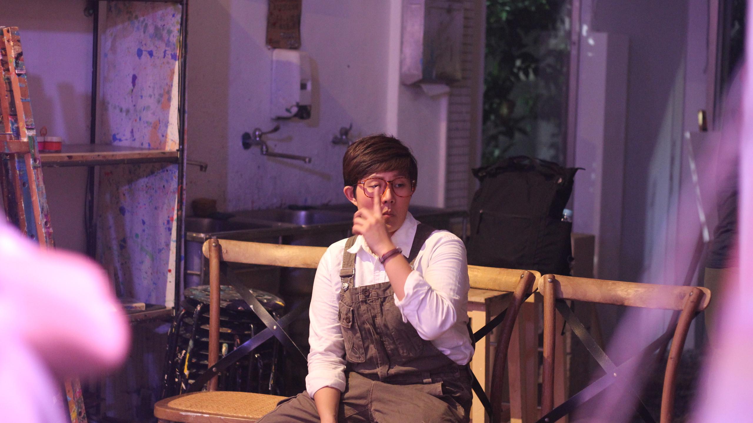 演出後獨自坐在座位上的帥氣油漆工:EE