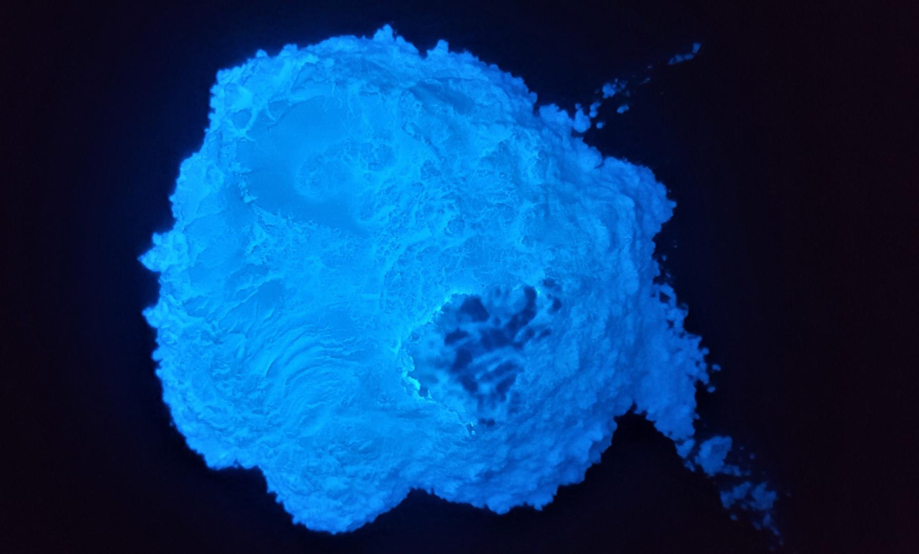 Белый люминофор с голубым свечением