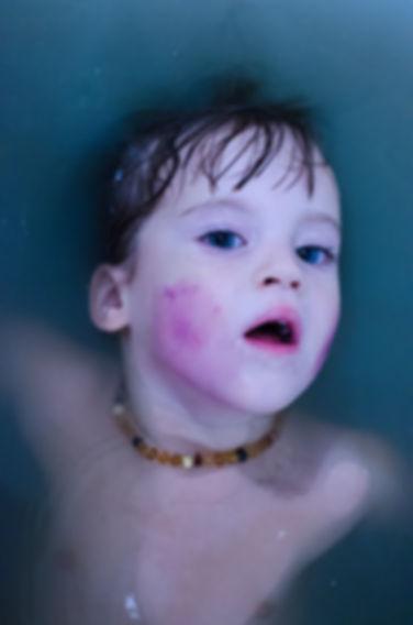 badewanne blue bathtub child portrait