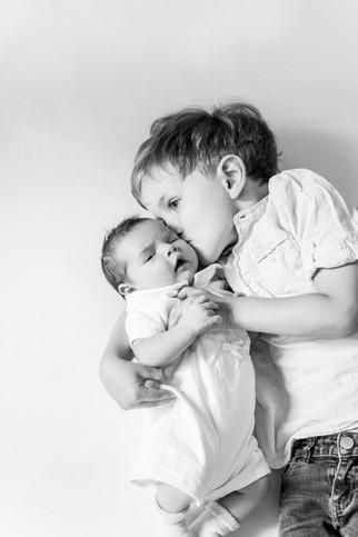 children photogrpaher berlin, family photographer. SIbling love