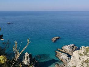 Il promontorio, le spiaggette e il faro di Capo Vaticano