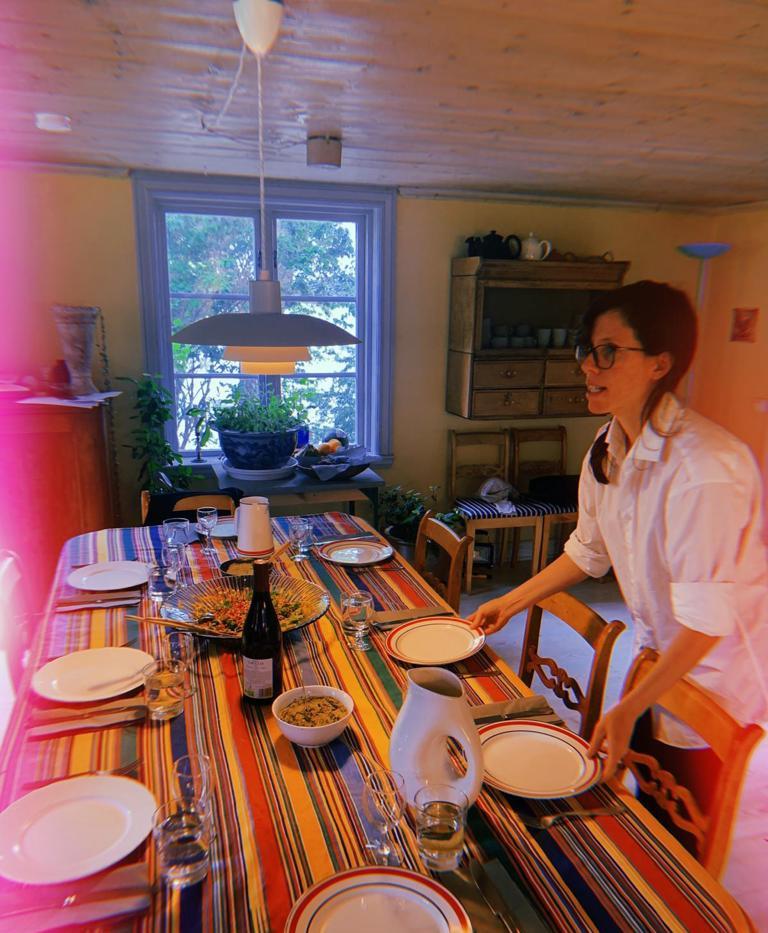 Laura dresse la table