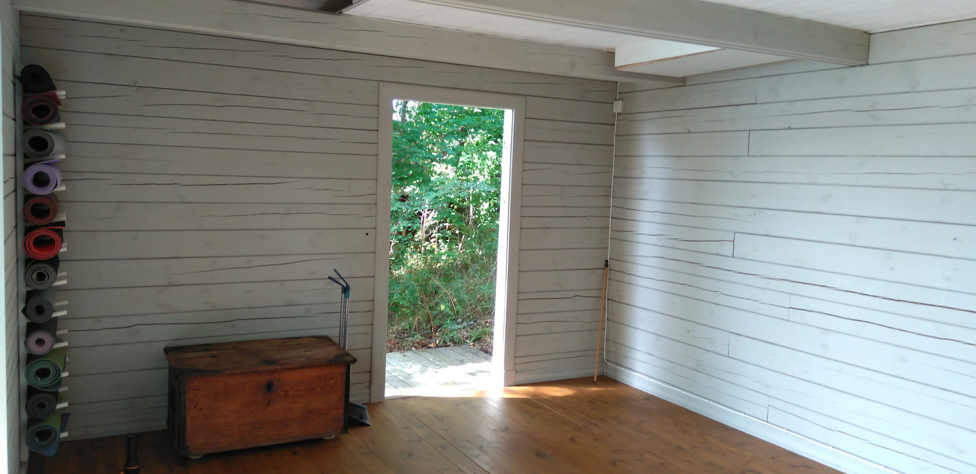Salle avec matelas et lit double en mezzanine