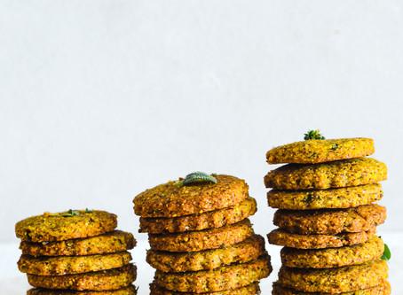 Biscotti salati di mais, erbe e limone