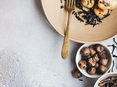 Gnocchi croccanti al topinambur con trombette, aglio nero e alghe spaghetto