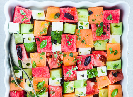 Insalata mosaico di frutta, pomodoro e primo sale