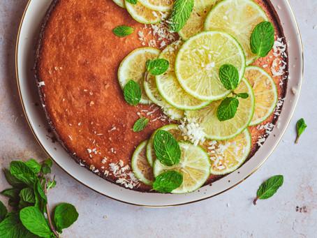 Torta cheesecake al cocco con sciroppo al lime e menta