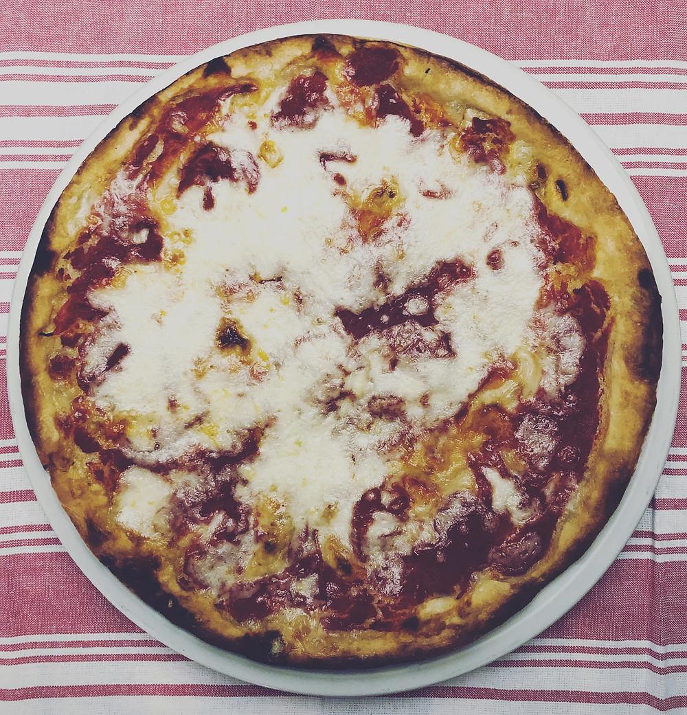 Pizza fatta in casa dalla base croccante, soffice e leggera