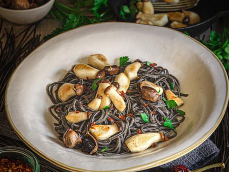Spaghetti di fagioli neri ai cardoncelli, aglio nero, olio e peperoncino