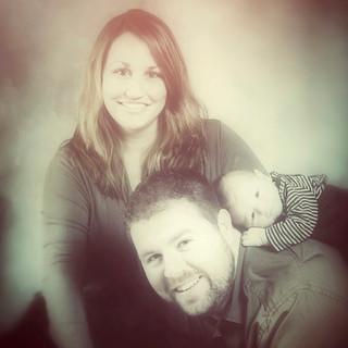 padres junto a su bebé recién nacido
