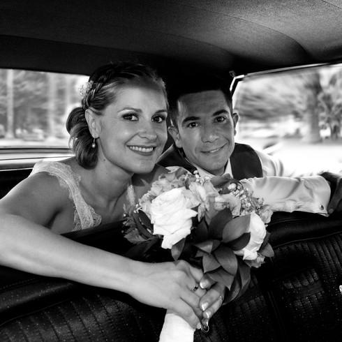 Pareja en el coche de novios en día de su boda