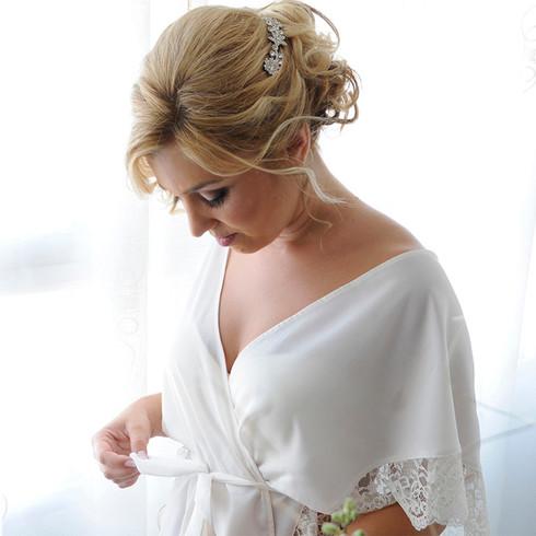 Novia arreglandose antes de la boda