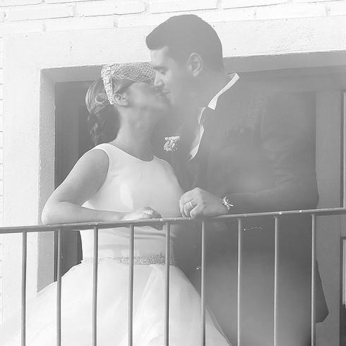 Pareja besándose en día de su boda