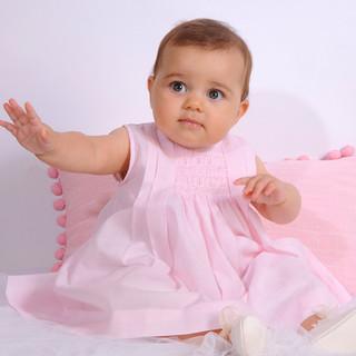 Bebé con vestido rosa