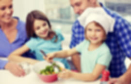 Famiglia che cucina