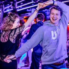 Couple de danseurs joyeux dansant le Rock
