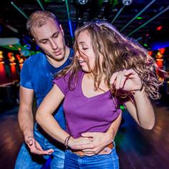 Couple dansant le Rock avec passion