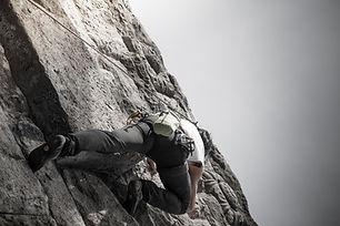 man klättrar