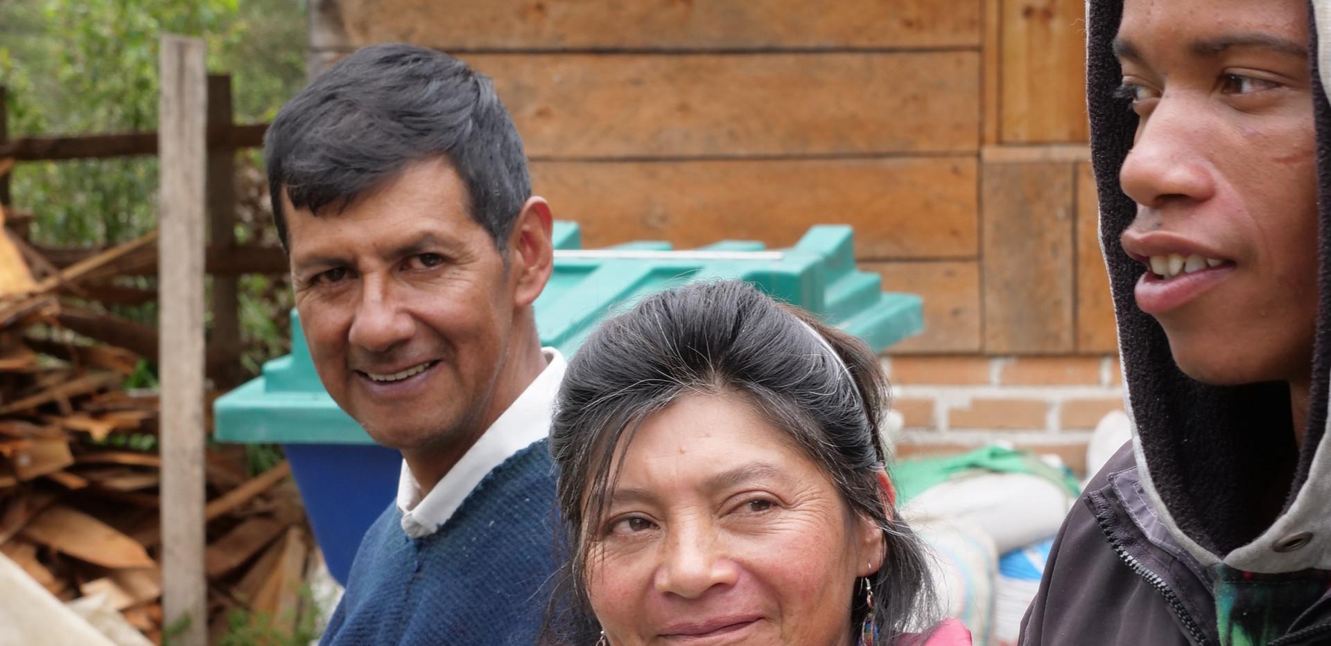 Camilo y sus padres Marta y el Taita Norberto.