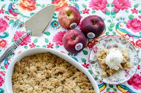 קראמבל תפוחים מקורמלים וגלידת וניל ושוקולד לבן