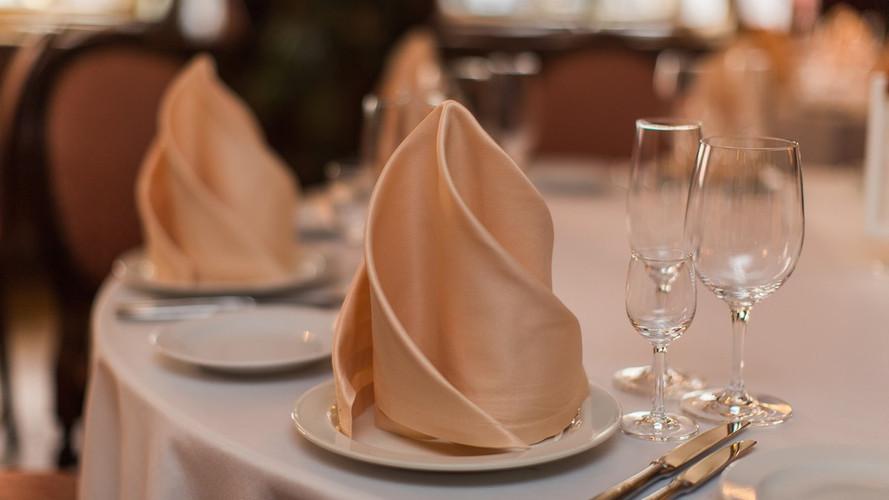 накрытие: белая скатерть, салфетки персик.
