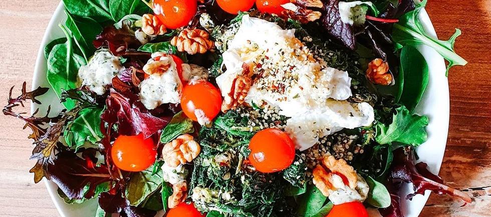 Salat mit Walnüssen und pochiertem Ei