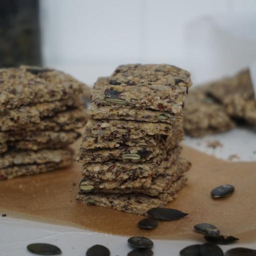 Bestes Knäckebrot aus Saaten mit Olivenöl (vegan, glutenfrei, ohne raffinierten Zucker)