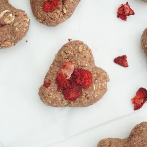 Rosane Erdbeer-Herzen zum Valentinstag (vegan, glutenfrei, ohne raffinierten Zucker)