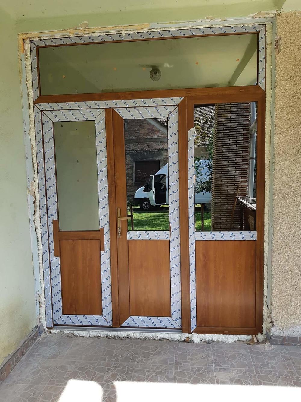 Lépcsőházi bejárati ajtócsere - Csiziredőny