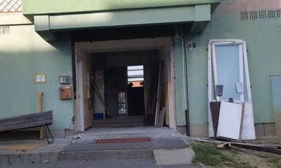 Barcs: panel lépcsőház bejárati kapujának cseréje - Csiziredőny