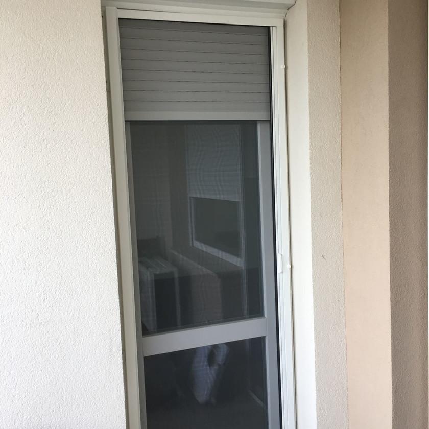alumínium redőny beszerelése elhúzós szúnyogháló ajtóval