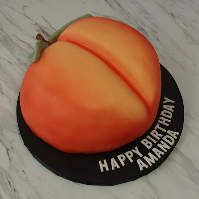 How cute is this custom 🍑 birthday cake