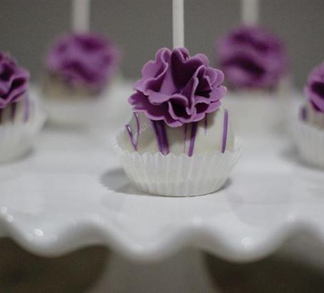 Loving these flower topped cake pops 😍?