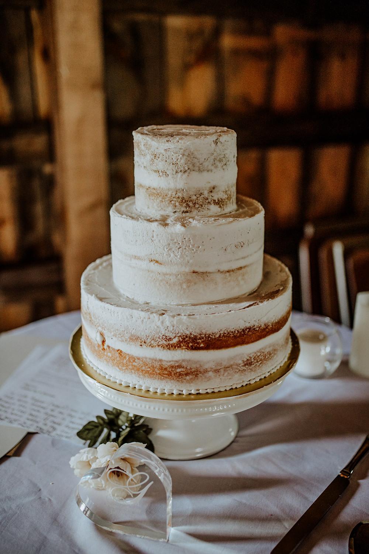 wedding photos at rustic wedding barn in allen, michigan. photos taken by detroit wedding photographer little blue bird photography