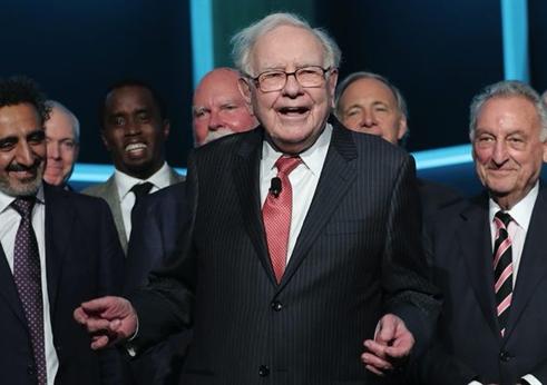 Warren Buffett ngày càng cẩn trọng về chứng khoán khi giữ núi tiền mặt hơn 145 tỷ USD