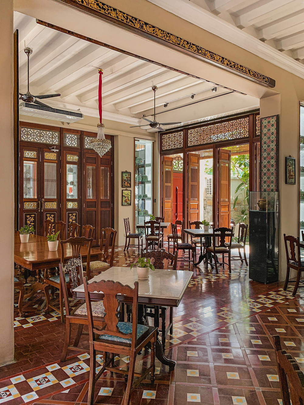 Heritage Peranakan furniture and interior styling of Seven Terraces Hotel breakfast room, photography by RollingBear Travels.