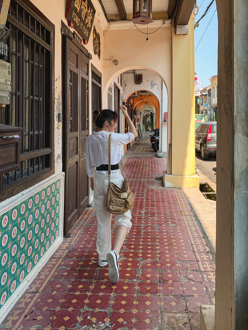 Style blogger in white shirt, black belt, white cargo pants, white sneakers | RollingBear Travels