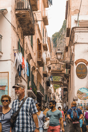 A narrow street of Amalfi's medieval town packed with tourists | RollingBear Travels.