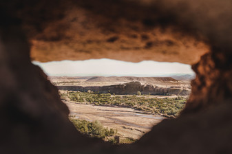 Moroccan landscape photography: Keyhole view of the desert | RollingBear Travels.