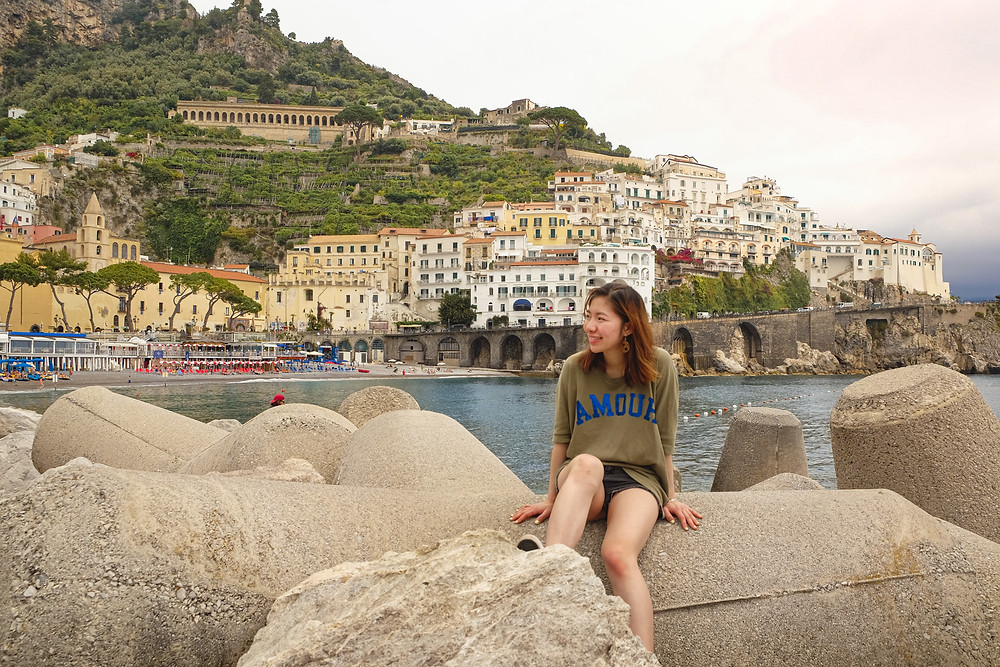 Amalfi Coast travel outfit : Olive oversized tee, black denim shorts outfit by RollingBear Travels.